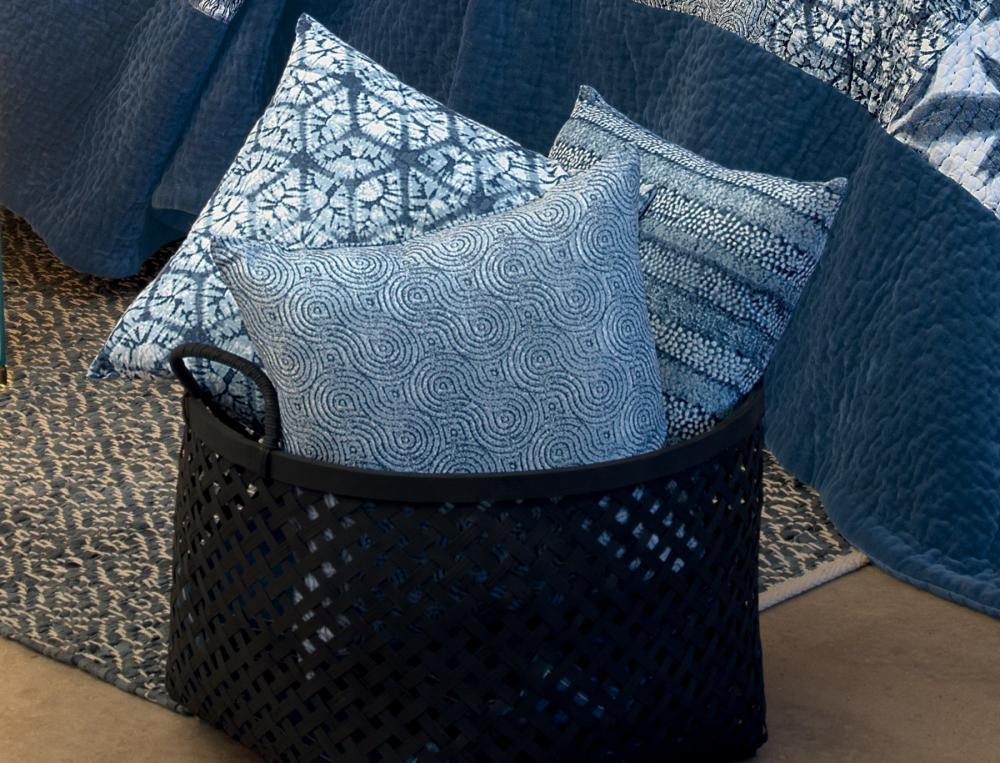 coussin les bleus de n mes linvosges. Black Bedroom Furniture Sets. Home Design Ideas